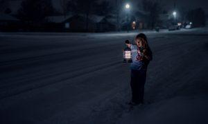 девочка с фонарем