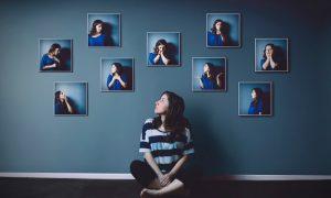 девушка много лиц на стене