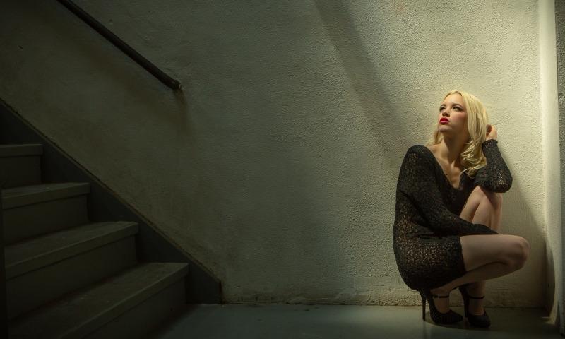 лестница и девушка