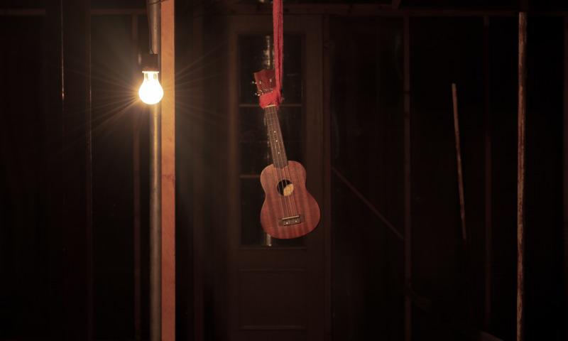 повесили гитару