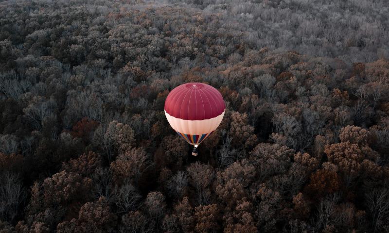 летит воздушный шар
